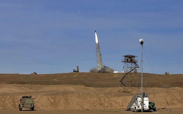 Sur cette photo fournie le lundi 5 novembre 2018 par l'armée iranienne, un missile Sayyad 2 est tiré par le système de défense aérien Talash lors d'exercices dans un endroit tenu secret en Iran.   (Crédit : Armée iranienne via AP)