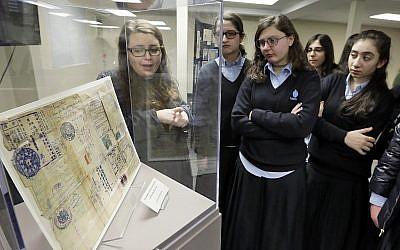 Une visite de musée mémorial Amud Aish à Brooklyn, New York, le 10 janvier 2018. Le musée se focalise sur la pratique religieuse juive et le rôle de la foi pendant la Shoah.  (AP Photo/Richard Drew)