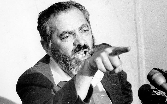 Le rabbin Meir Kahane lors d'une conférence de presse à New York, le 31 août 1984. (Crédit : Gene Kappock/NY Daily News Archive via Getty Images via JTA)