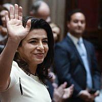 Anna Kaplan, sénatrice nouvellement élue, se présente lors de la session d'ouverture législative à Albany, New York, le 9 janvier 2019 (AP Photo/Hans Pennink).