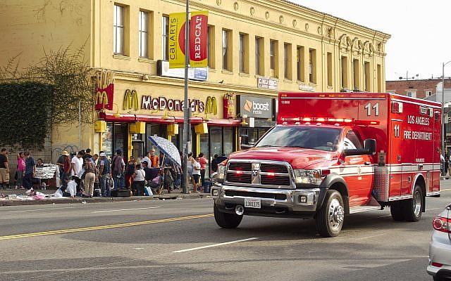 Une ambulance des pompiers de Los Angeles sur  Alvarado Street, près  MacArthur Park à Los Angeles, en Californie, le18 octobre 2015 (Crédit : Wikipedia/Junkyardsparkle/public domain)