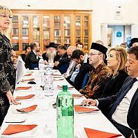 Marie van der Zyl, présidente du Conseil des représentants des Juifs britanniques, participe à un événement à Londres le 13 juin 2018 (Crédit : Board of Deputies of British Jews)