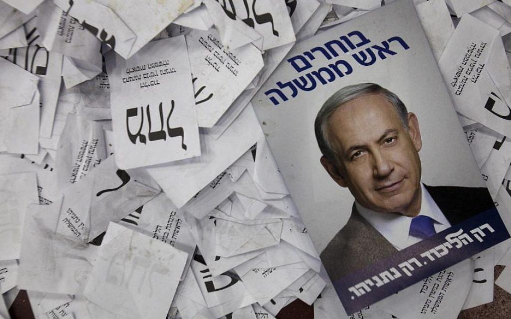 Cette photo du 18 mars 2015 montre une affiche de la campagne électorale du Premier ministre Benjamin Netanyahu parmi les bulletins de vote au siège électoral de son parti à Tel Aviv. (AP/Dan Balilty)
