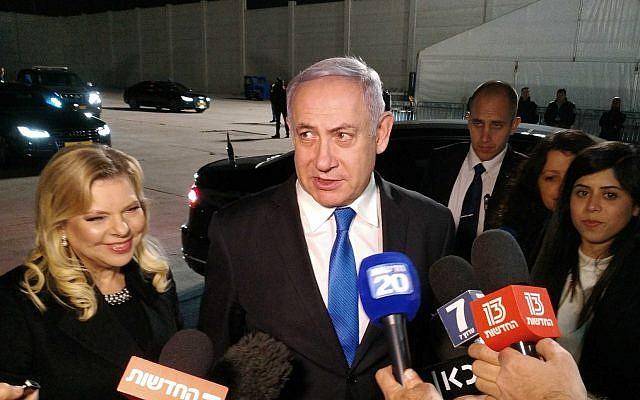 Le Premier ministre Benjamin Netanyahu s'adresse à des journalistes à l'aéroport Ben Gurion avant son départ pour une conférence en Pologne, le 11 février 2019. (Crédit : Raphael Ahren/Times of Israel)