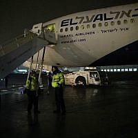L'équipage du vol de Netanyahu devant l'avion endommagé du Premier ministre , le 15 février 2019 (Crédit : Raphael Ahren/Times of Israel)