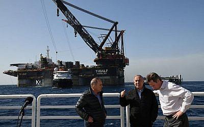 Le Premier ministre Benjamin Netanyahu, avec le ministre de l'Energie Yuval Steinitz, et le vice-président de Noble Energy's George Hatfield, lors de l'inauguration de la nouvelle plateforme du champ gazier Leviathan,en Méditerranée, au large de Haïfa, le 31 janvier 2019. (Crédit : Marc Israel Sellem/Pool/AFP)