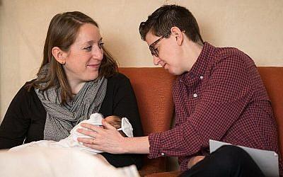 Hannah Ellenson avec son épouse Becca Israel et leur fils Shai. (Autorisation)