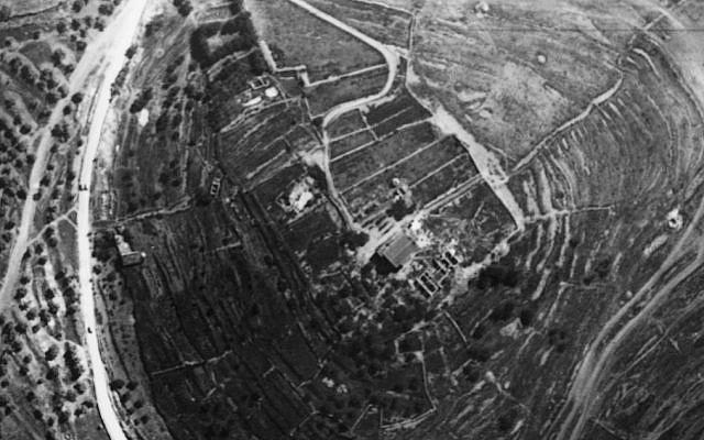 Vue aérienne du site prise par l'armée de l'air bavaroise en 2918, vers le nord. Remarquez les grandes terrasses à l'ouest et à l'est. Le bâtiment moderne est la vieille maison du couvent ; au nord, on retrouve les fondations du secteur nord de l'hôtel (Fouilles de la famille Shmunis à Kiriath Jearim).