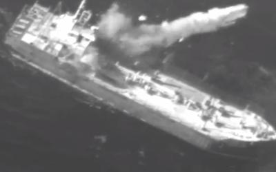 Un missile de croisière Harpoon frappe un cargo désaffecté dans le cadre d'un exercice en janvier 2019. (Capture d'écran : Armée israélienne)