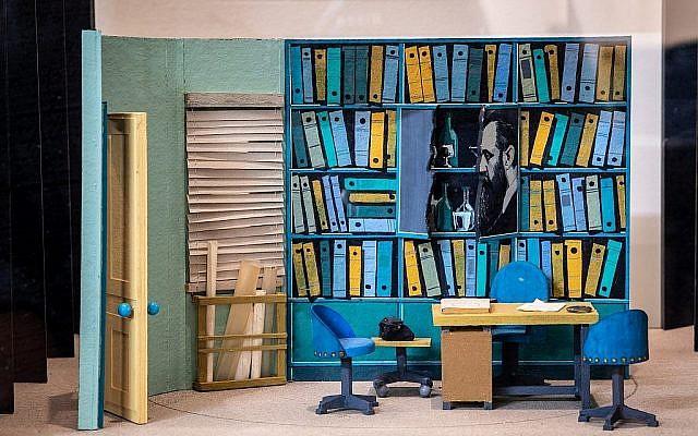 Un faux décor d'une bibliothèque à la bibliothèque publique Beit Ariela à Tel Aviv (Crédit Robert Dawson)