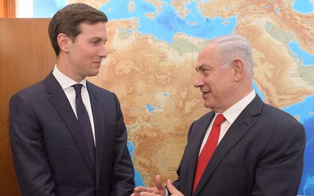 Le gendre du président américain Donald Trump et conseiller principal pour le Moyen Orient, Jared Kushner, (à gauche), rencontre le Premier ministre Benjamin Netanyahu dans son bureau à Jérusalem le 21 juin 2017. (Amos Ben Gershom/GPO)