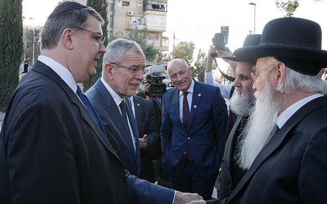 Oskar Deutsch, (à gauche), avec le président autrichien Alexander van der Bellen, rencontrant des Juifs à Jérusalem, février 2019. (HBF/Peter Lechner)