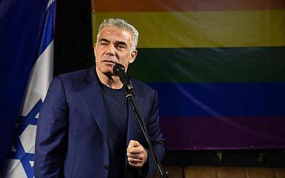Le leader de Yesh Atid, Yair Lapid, présente le programme de son parti sur les droits LGBT lors d'une conférence de presse à Tel Aviv, le 7 février 2018 (Autorisation)