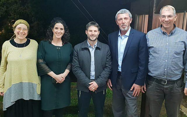 Depuis la gauche, Orit Strok, Yifat Erlich, Betzalel Smotrich, Rafi Peretz et Ofir Sofer   prennent la pose après un accord sur une liste conjointe entre HaBayit HaYehudi et l'Union nationale pour les élections à la Knesset du mois d'avril, le 14 février 2019 (Autorisation)