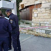 Les agents de police répondent à une attaque au couteau dans le quartier Gilo de Jérusalem, le 17 février 2019 (Crédit : Police israélienne)