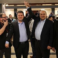 Les députés Ayman Odeh et Ahmad Tibi se réjouissent après avoir soumis une liste commune de candidats de leurs partis Hadash et Taal à la Commission électorale centrale de la Knesset, le 21 février 2019. (Hadash)