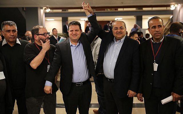 Les députés Ayman Odeh et Ahmad Tibi se réjouissent après avoir soumis une liste commune de candidats de leurs partis Hadash et Taal à la commission centrale électorale de la Knesset, le 21 février 2019. (Crédit : Hadash)