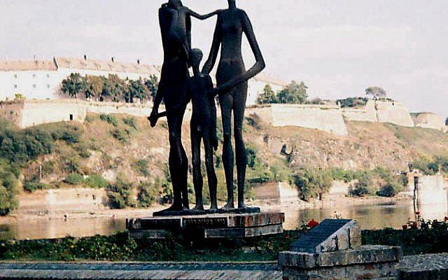 Monument à Novi Sad, dédié aux civils juifs et serbes tués lors du raid de 1942 (Crédit : domaine public)