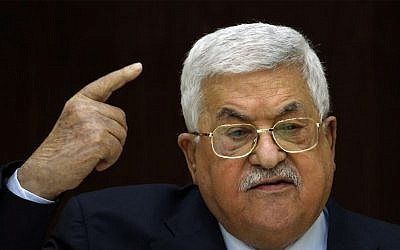 Le président de l'Autorité palestinienne  Mahmoud Abbas durant une rencontre avec les leaders palestiniens à la Muqata, le siège de l'Autorité palestinienne à Ramallah, en Cisjordanie, le 20 février 2019 (Crédit :  ABBAS MOMANI/AFP)