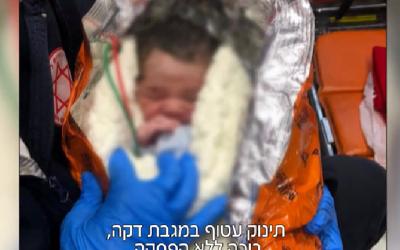 Un bébé abandonné retrouvé près d'une benne à Netanya, le 6 février 2019. (Crédit : capture d'écran/Channel 12)