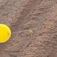 Un ballon transportant un engin explosif suspect lancé depuis la bande de Gaza tombe dans le sud d'Israël, le 20 février 2019. (Sécurité Eshkol)