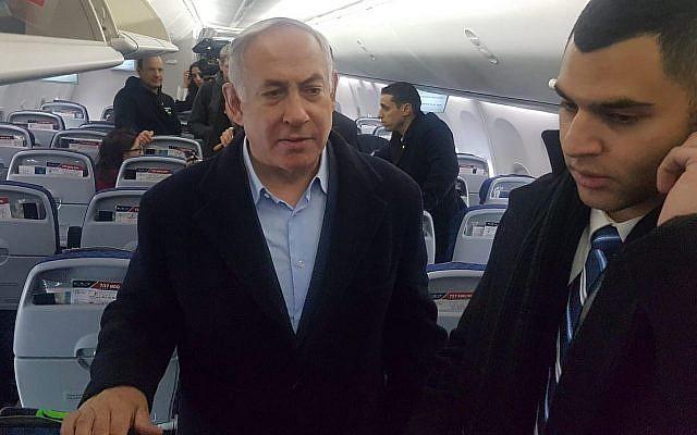 Le Premier ministre Benjamin Netanyahu s'adresse aux journalistes dans l'avion de retour de Pologne au petit matin le 15 février 2019. (Raphael Ahren/Times of Israel)