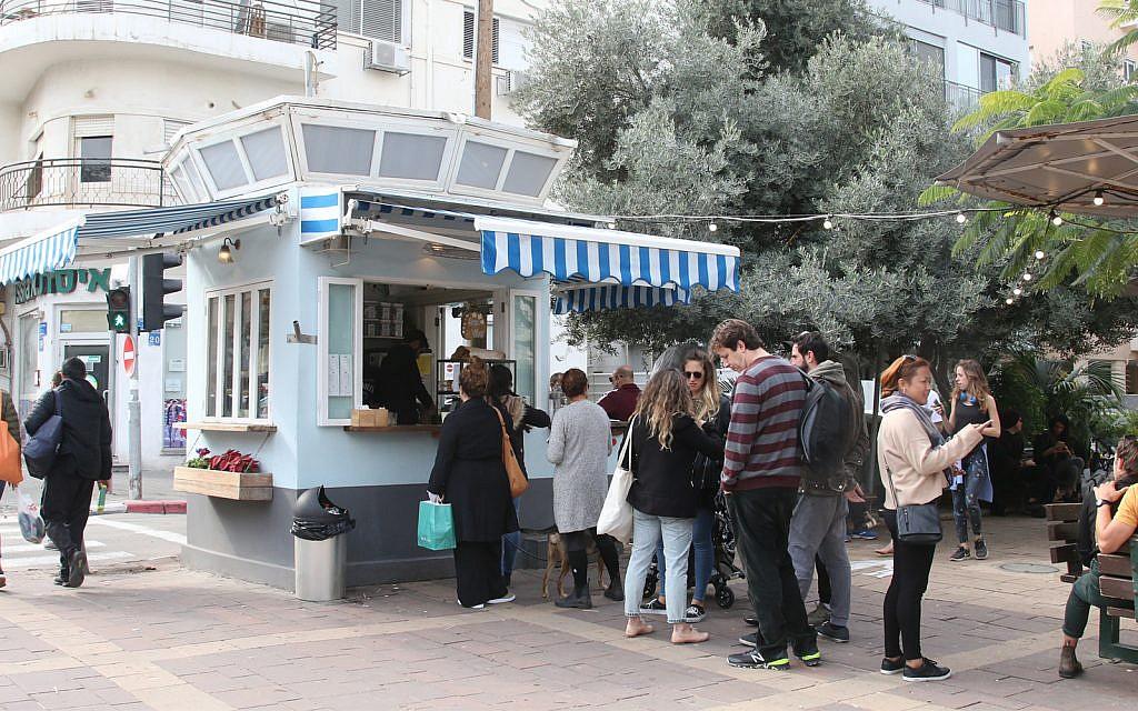 Un kiosque sur le boulevard Ben Gurion à Tel Aviv. (Shmuel Bar-Am)
