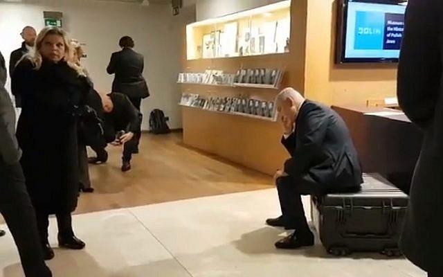 Benjamin Netanyahu en train d'apprendre que son ministre adjoint à la Santé Yaakov Litzman a été interrogé par la police à la suite de soupçons sur son rôle dans l'échec de l'extradition d'une délinquante sexuelle israélienne vers l'Australie, le 14 février 2019 (Crédit : capture écran/Kan)