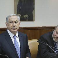 Le Premier ministre Benjamin Netanyahu, (à gauche), et le secrétaire de cabinet de l'époque, Avichai Mandelblit, lors d'une réunion du cabinet le 4 janvier 2015. (Marc Israel Sellem/Pool/Flash90)
