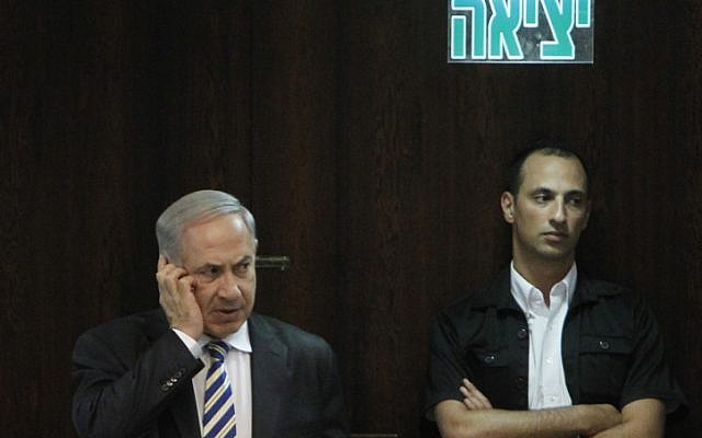 Le Premier ministre Benjamin Netanyahu discutant sur un téléphone portable lors d'une session de la Knesset le 5 juin 2013. (Miriam Alster/Flash90)