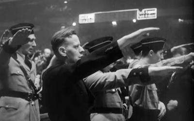 """Des sympathisants nazis américains lors d'un rassemblement nazi en 1939 au Madison Square Garden de New York, issu du court-métrage documentaire """"Night at the Garden' (Crédit : capture d'écran)"""