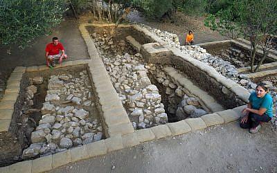Dans la terrasse haute de Kiriath-Jearim, on a mis à jour un mur à environ 15 cm en dessous du niveau du sol. Le mur bien conservé fait environ 3 mètres de large et 2,15 mètres de hauteur ont été préservés de sa partie extérieure. (Fouilles de la famille Shmunis à Kiriath-Jéarim)