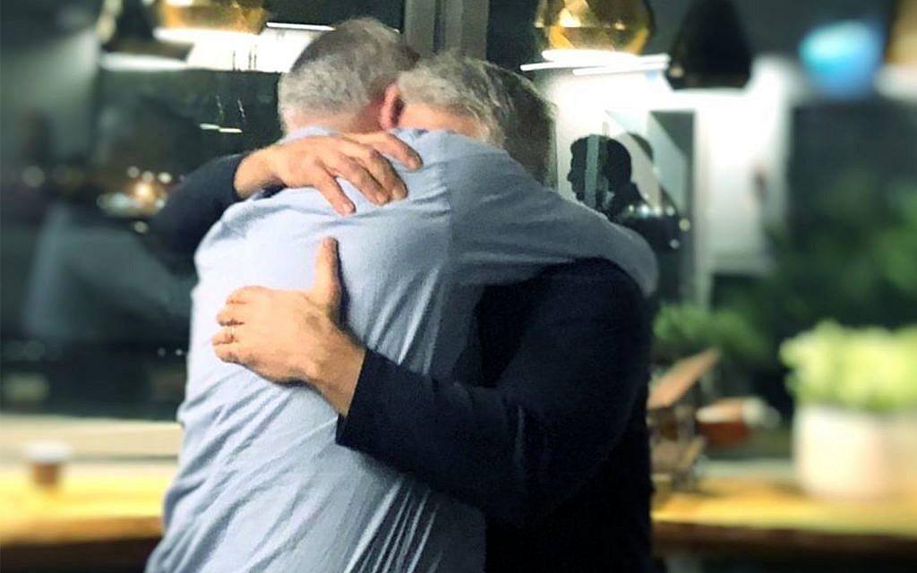 Benny Gantz et Yair Lapid s'embrassent après avoir décidé de forger une alliance pour les prochaines élections, le 21 février 2019. (Autorisation/Facebook)
