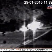 La vidéo diffusée par le média al-Mayadeen, lié au Hezbollah, le 15 février 2019. On y voit deux véhicules israéliens en feu après avoir été frappés par des missiles anti-tanks tirés par le groupe terroriste le 28 janvier 2015. (Capture d'écran: Facebook)