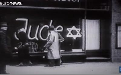"""Une vitrine d'un magazin juif en Allemagne sur laquelle on peut lire """"Jude"""", après la Nuit de Cristal (capture d'écran Euronews/Youtube)"""