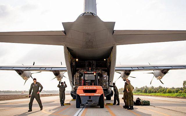 Des troupes des armées américaine et israélienne déchargent un avion cargo de l'armée de l'air américaine sur une base militaire israélienne lors de l'exercice conjoint Juniper Falcon, en février 2019. (Crédit : armée américaine)