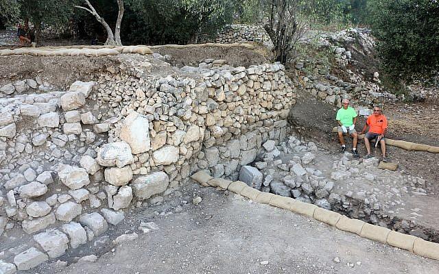 A Kiriath Jearim, fouille d'une série de terrasses le long de la pente sud-est du mont. (Fouilles de la famille Shmunis à Kiriath-Jearim)