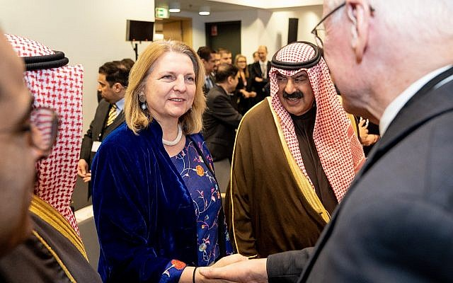 Le ministre des Affaires étrangères autrichien Karin Kneissl  rencontre des délégués à la conférence internationale sur le Moyen-Orient à Varsovie, le 14 février 2019 (Crédit : Angelika Lauber)