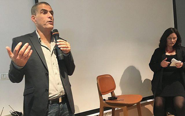 Mossi Raz parle au public de Tel Aviv, aux côtés de Miriam Herschlag du Times of Israel, le 21 février 2019 (Crédit : Simona Weinglass/Times of Israel)