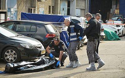 La police inspecte la scène où un homme a été abattu à Holon, le 14 février 2019 (Flash 90)