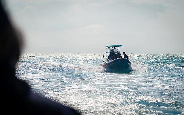 Des rangers marins patrouillent dans les eaux à proximité d'Hadera dans le centre d'Israël, le 19 février 2019. (Luke Tress/Times of Israel)