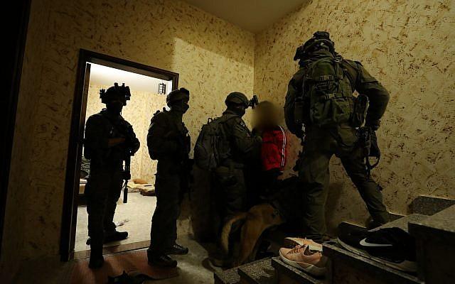 Les forces de sécurité israéliennes arrêtent un Palestinien à Ramallah soupçonné du meurtre de l'adolescente israélienne Ori Ansbacher le 8 février 2019 (Crédit : Police israélienne)