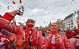 De fêtards en rouge célèbrent le lancement de la saison du carnaval dans les rues de Cologne en Allemagne, le 11 novembre 2018. (AP Photo/Martin Meissner)