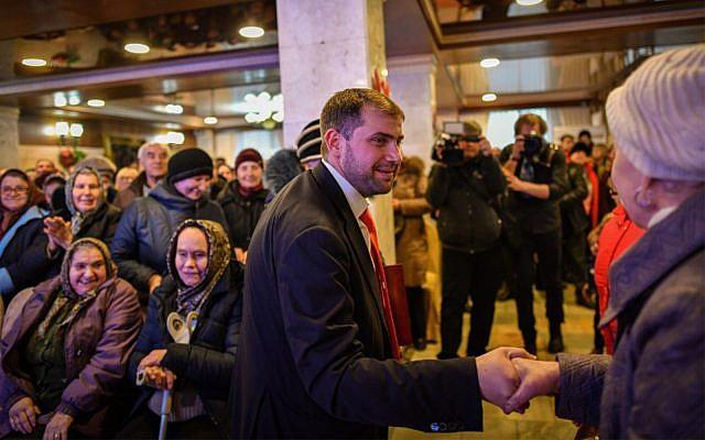 Le candidat israélo-moldave Ilan Shor, businessman, chef de son parti et maire de la ville d'Orhei, durant un meeting de campagne à Comrat, le 15 février 2019. (Crédit : Daniel Mihailescu/AFP)