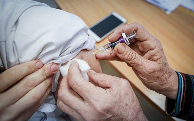 Photo montrant un homme en train de se faire vacciner à Safed dans le nord d'Israël, le 6 novembre 2018. (David Cohen/ Flash 90)
