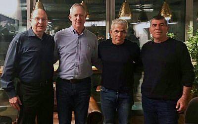 De G à D : L'ancien ministre de la Défense Moshe Yaalon, le dirigeant de Hossen LeYisrael Benny Gantz, le président de Yesh Atid Yair Lapid et l'ancien chef d'état-major de Tsahal Gabi Ashkenazi, le 21 février 2019. (Avec l'aimable autorisation de Hossen LeYisrael)
