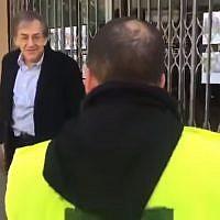 Le philosophe juif français Alain Finkielkraut est pris pour cible par des manifestants en gilet jaune qui scandent des slogans antisémites, à Paris, le 16 février 2019. (Capture d'écran de Yahoo)