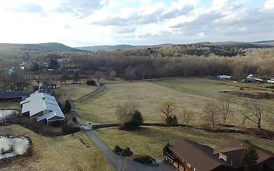 Le site de la Yeshiva Deah Yoreh dans le nord de l'État de New York. (Capture d'écran YouTube)