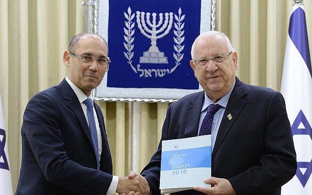 Le gouverneur de la Banque d'Israël, Amir Yaron (à gauche), présente le rapport annuel 2018 de la Banque d'Israël au président Reuven Rivlin, 31 mars 2019. (Mark Neiman, GPO)