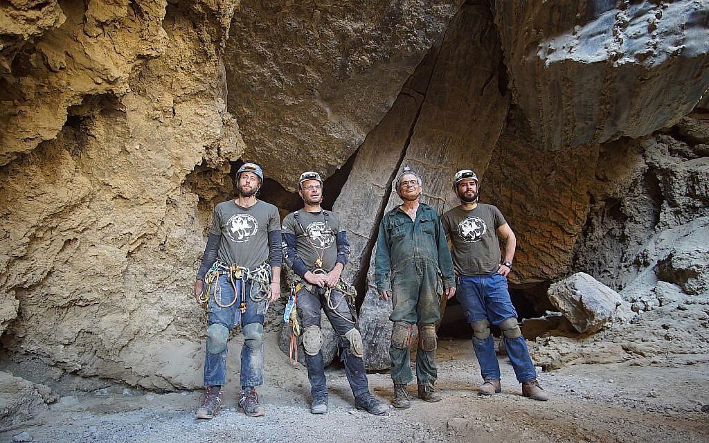 Les explorateurs de la grotte de Malham (de g à d) Efi Cohen, Yoav Negev, le profeseur Amos Frumkin, et Boaz Langford devant la grotte, le 22 mars 2019. (Crédit : Anton Chikishev/Hebrew University)